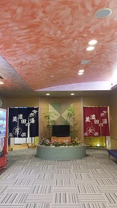 写真: 平面に濃淡や陰影を与え、室内に高級感・清潔感を作り出すデザイン例【徳島県 吉野川ハイウェイオアシス「美濃田の湯」】