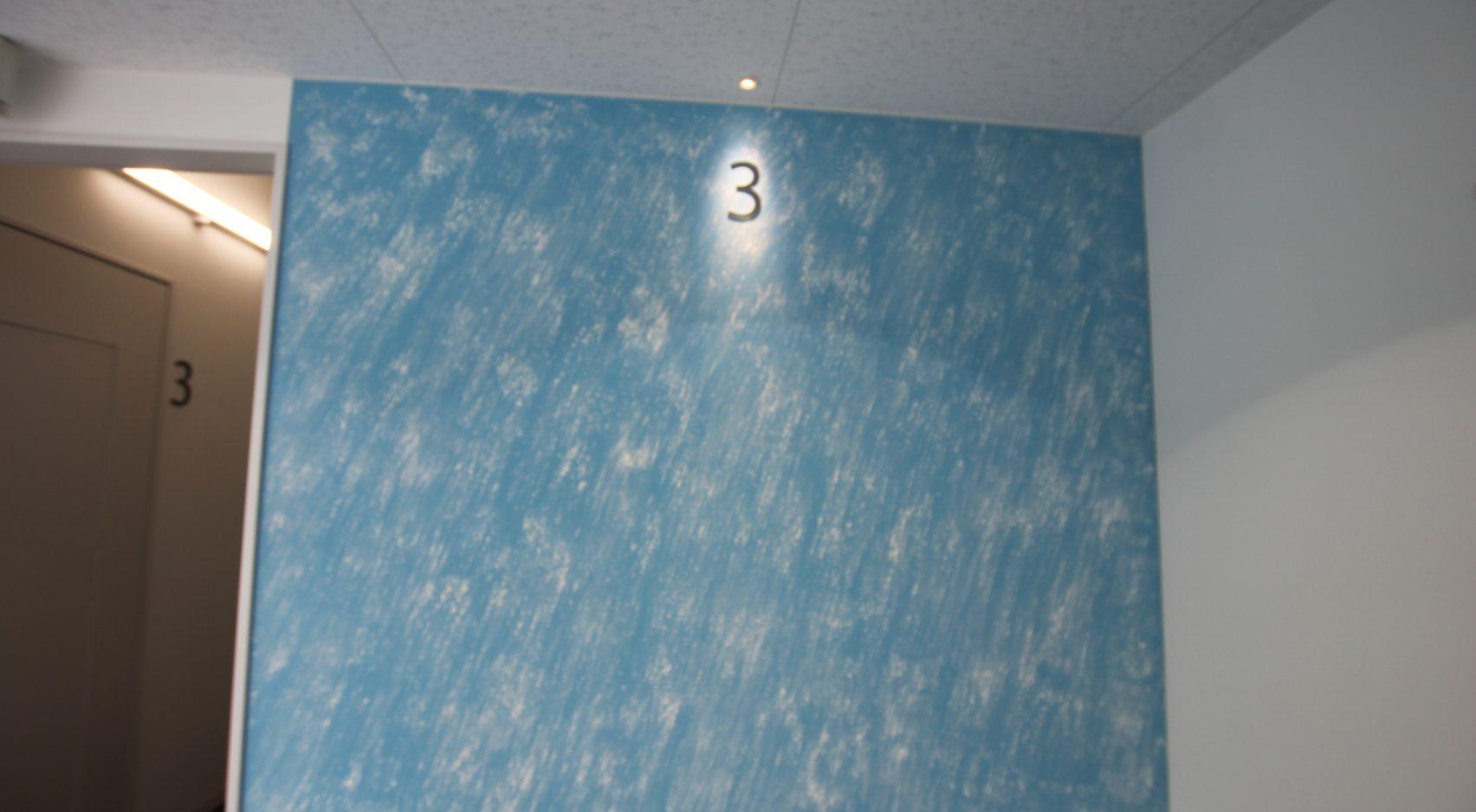 写真: 塗りムラ・不均一な模様を活かしたデザイン例【日本ペイントホールディングスグループ 技術研究棟】