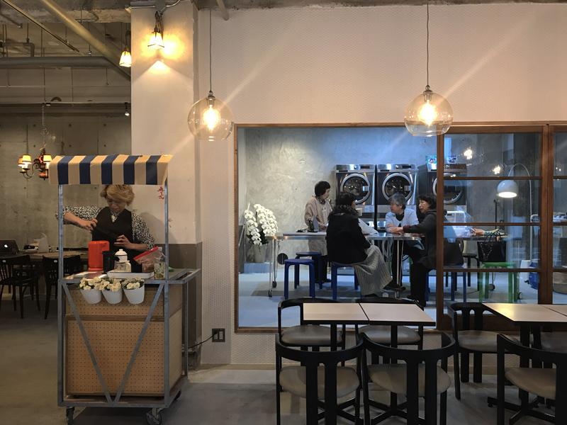 写真: 広い空間に落ち着き感を与えるデザイン例【東京都墨田区 「喫茶ランドリ~】